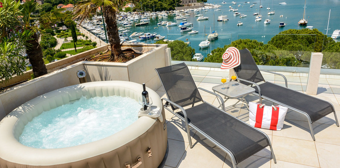 Elegant One Bedroom Apartment With Hot Tub, Terrace And Sea View
